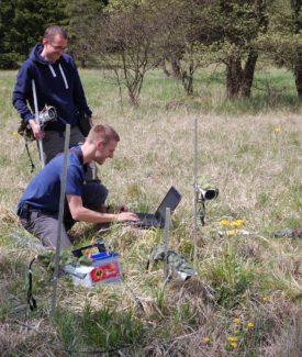 Vincent a Jan nastavují kamery v PR Zubří. © S. Delabye